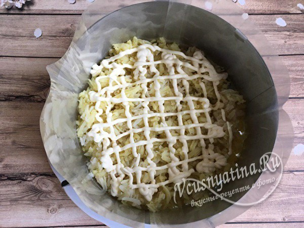 слой картофеля и майонеза