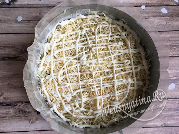 слой тертого сыра и майонеза