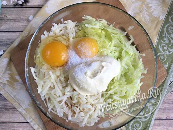 добавляем яйца и майонез