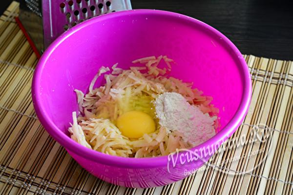 добавить яйцо и и муку