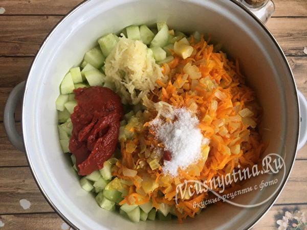 соединить овощи, добавить соль и томатную пасту