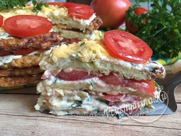 торт из кабачков с помидорами готов