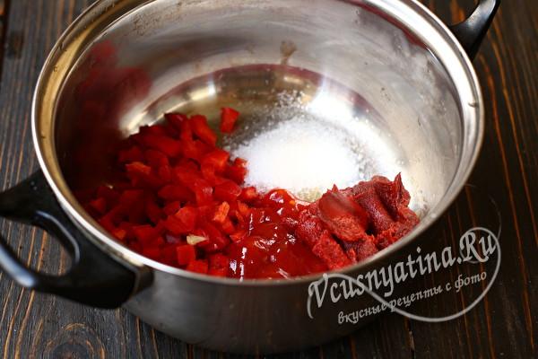 добавить пасту и кетчуп