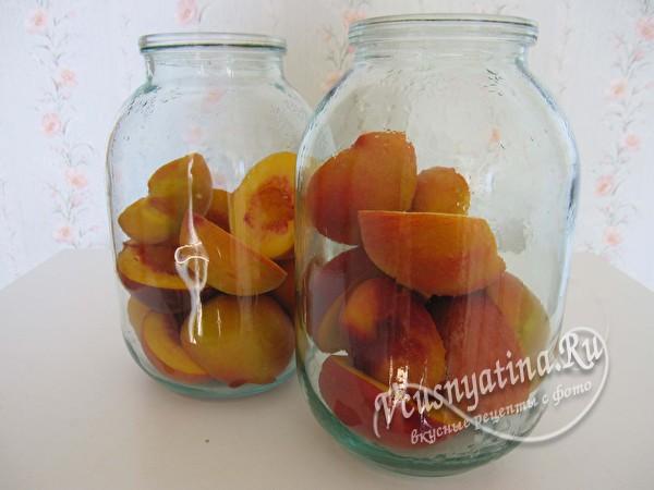 положить персики в банки
