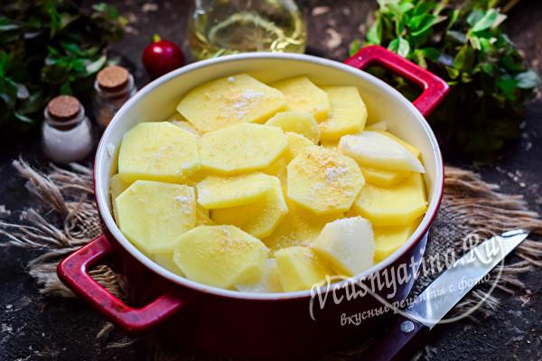разложить нарезанный картофель