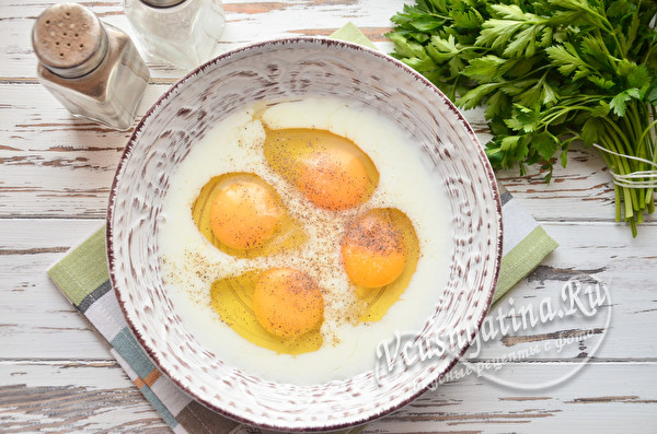 соединить яйца, молоко и специи