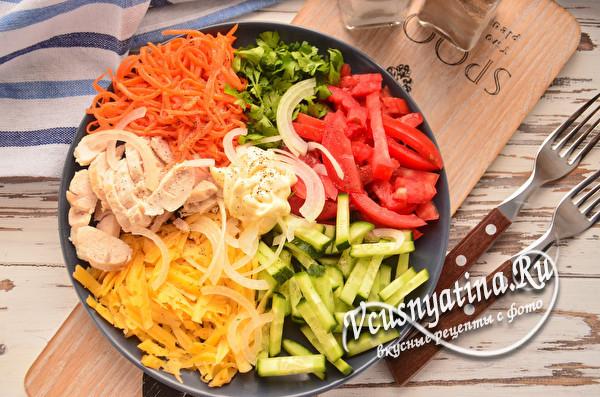 овощной салат с курицей готов