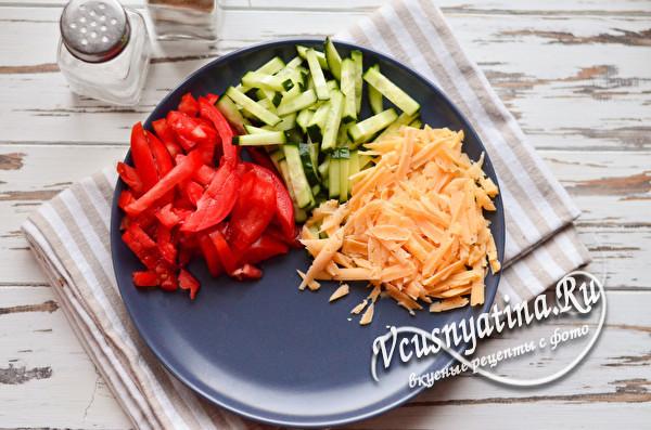 выложить помидор, огурец и сыр на тарелку