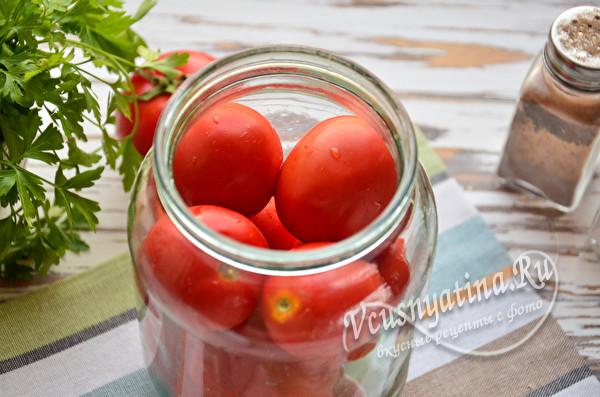 положить томаты в банку