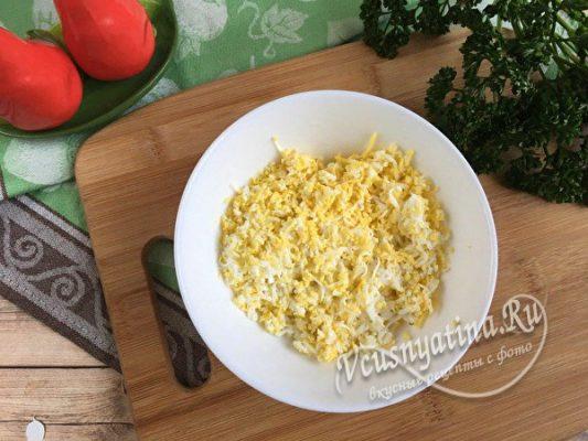тертые вареные яйца
