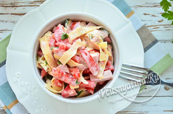 салат с яичными блинчиками и колбасой готов