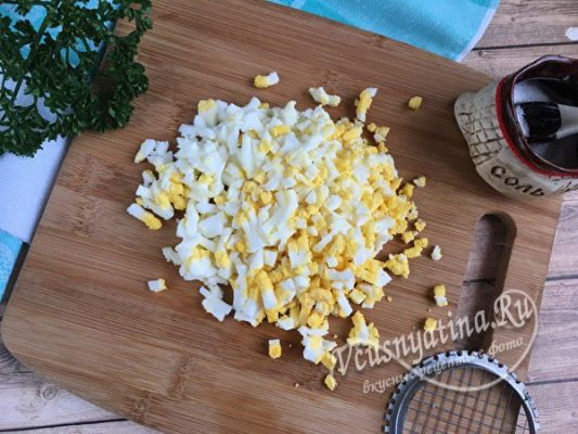 измельчаем вареное яйцо