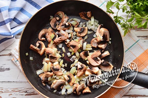 обжарить лук и грибы