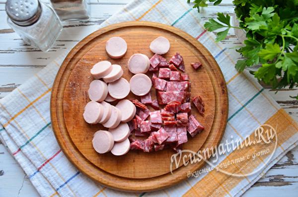 нарезанные сосиски и колбаса