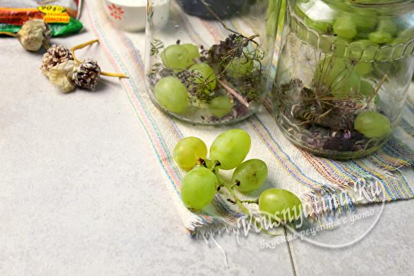выложить виноград в банки