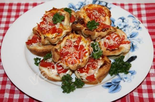 слойки с помидорами и сыром