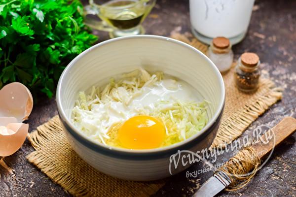 добавить яйцо и кефир