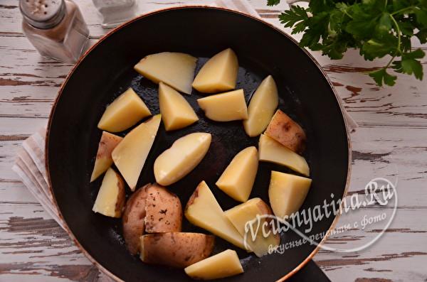 кладем картошку на сковороду