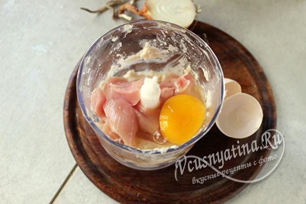 добавить куриное яйцо