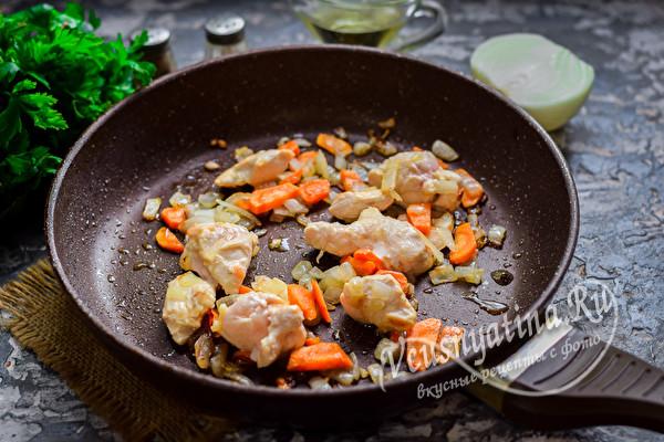 обжарить филе и овощи