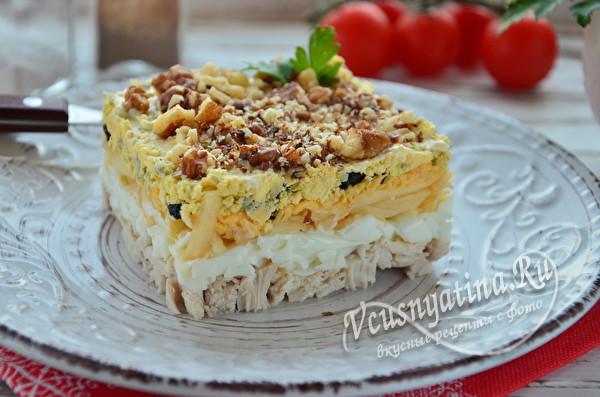 салат с орехами, сыром и черносливом