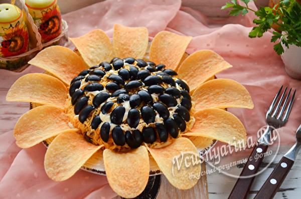 салат с чипсами и маслинами