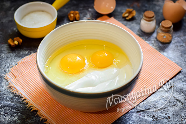 добавить яйца в сметану