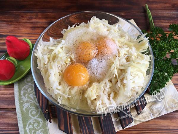 кладем яйца и специи