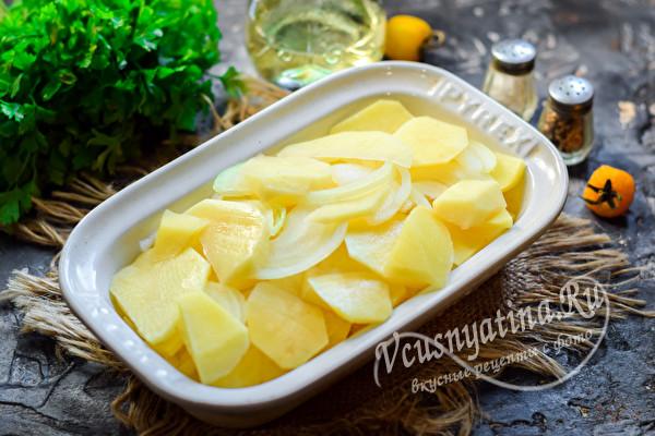 уложить слоями картофель и лук
