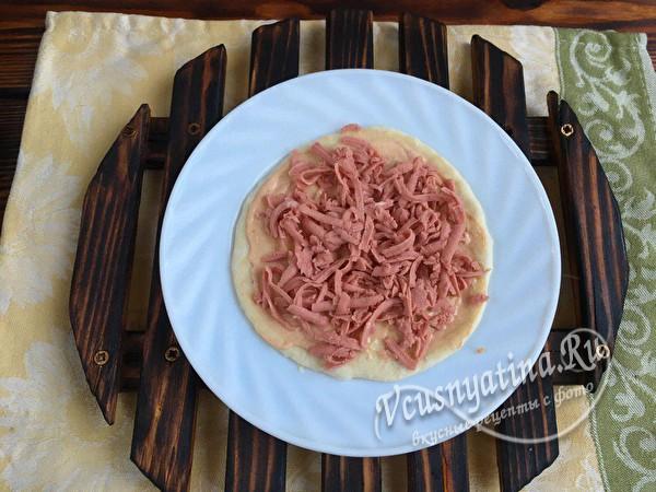 кладем колбасу