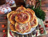 Мини пицца с колбасой и сыром