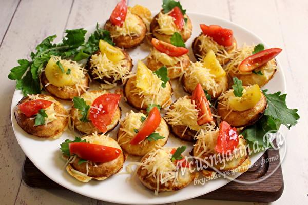 положить томаты и сыр