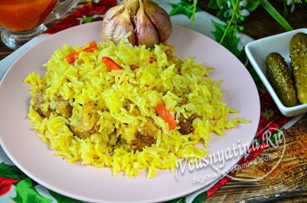 готовый плов с рисом и курицей