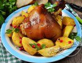 Запеченная свиная рулька с картошкой в рукаве
