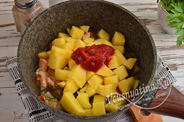 добавить к овощам томатную пасту