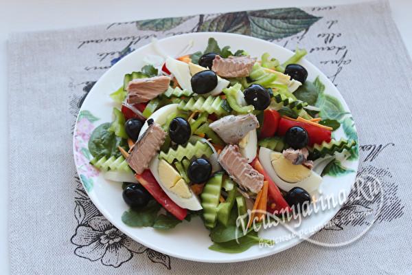 добавить тунец и маслины