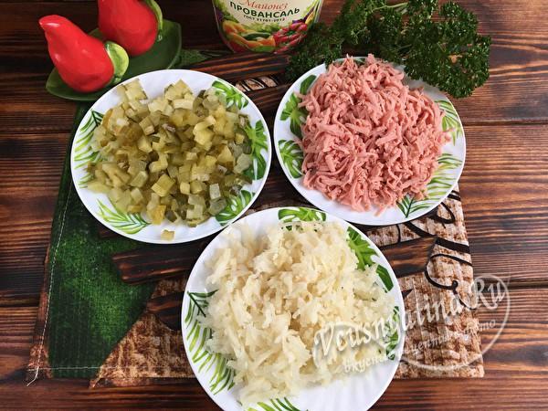 измельченные огурцы, картофель и колбаса