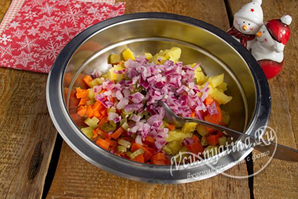 соединить лук, картофель и морковь