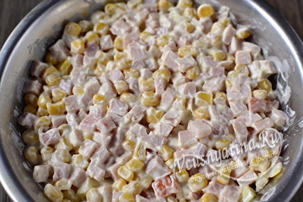 слой ветчины с кукурузой