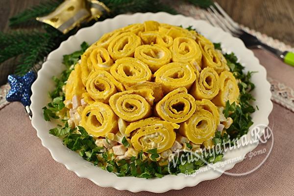 праздничный салат яичными блинчиками