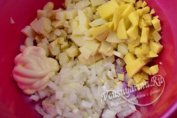 нарезанные картошка и лук