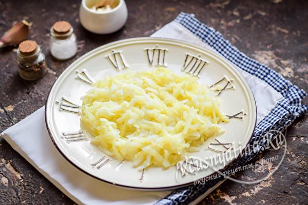 слой тертого картофеля