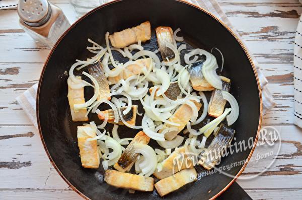 добавить лук и морковь