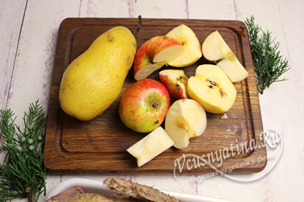 нарезать груши и яблоки
