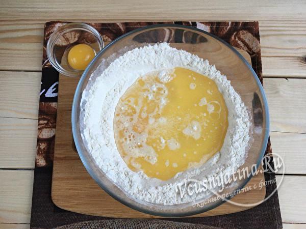 вливаем масло и добавляем яйца