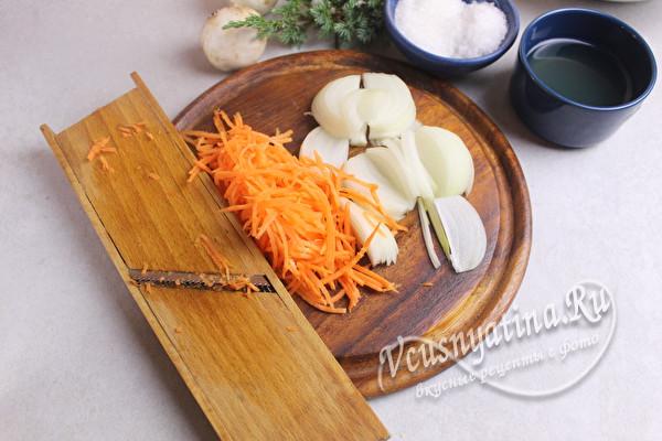 измельчить морковь и лук