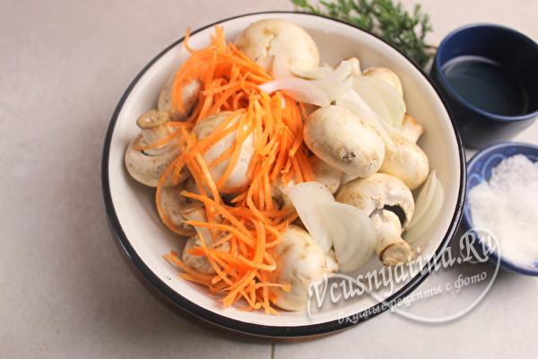 сложить грибы, лук и морковку