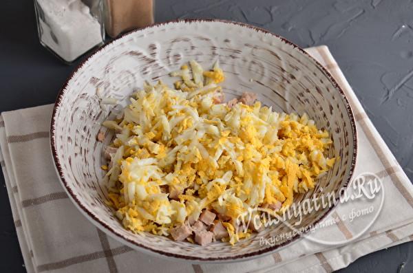 добавить вареные яйца