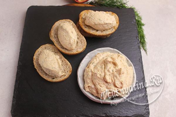 смазать хлеб паштетом