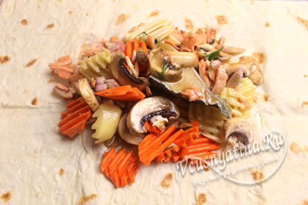 овощи и рыба на лаваше